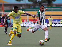BUCARAMANGA-COLOMBIA-10-09-2016. Nicolas Palacios (Izq) jugador del Atlético Bucaramanga disputa el balón con Juan Nieto (Der) jugador de Atlético Nacional durante partido por la fecha 11 de la Liga Águila II 2016 jugado en el estadio Alfonso López de la ciudad de Bucaramanga./ Nicolas Palaciosx (L) player of Atletico Bucaramanga struggles the ball with Juan Nieto (R) player of Atletico Nacional during match for the date 11 of the Aguila League II 2016 played at Alfonso Lopez stadium in Bucaramanga city. Photo: VizzorImage / Duncan Bustamante / Cont