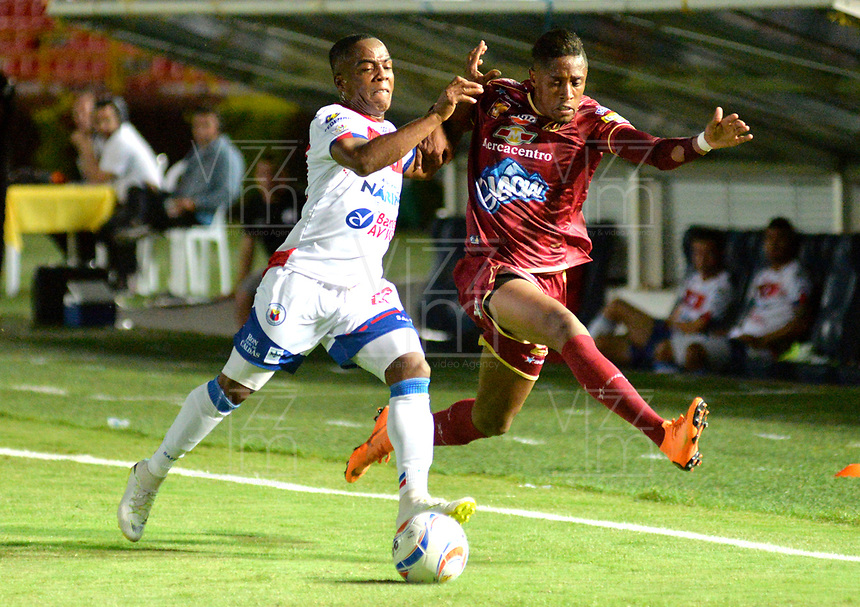 IBAGUE - COLOMBIA, 27-08-2018: Omar Albornoz (Der.) jugador de Deportes Tolima disputa el balón con Árnol Palacios (Izq.) jugador del Deportivo Pasto, durante partido de la fecha 6 por la Liga Aguila II 2018 entre Deportes Tolima y Deportivo Pasto, jugado en el estadio Manuel Murillo Toro de la ciudad de Ibague. / Omar Albornoz (R) player of  Deportes Tolima vies for the ball with Arnol Palacios (L) player of Deportivo Pasto, during a match of the 6th date for the Aguila League II 2018, between Deportes Tolima and Deportivo Pasto, played at Manuel Murillo Toro stadium in Ibague city. Photo: VizzorImage / Juan Carlos Escobar / Cont.