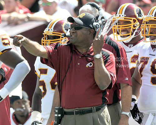 Landover, MD - September 21, 2008 -- Washington Redskins defensive coordinator Greg Blache positions his players as he calls signals in the second quarter against the Arizona Cardinals at FedEx Field in Landover, Maryland on Sunday, September 21, 2008.  The Redskins won the game 24 - 17..Credit: Ron Sachs / CNP