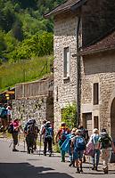 Frankreich, Bourgogne-Franche-Comté, Département Jura, Baume-les-Messieurs: klassifiziert als eines der schoensten Doerfer Frankreichs (Plus beaux villages de France) - Wandergruppe | France, Bourgogne-Franche-Comté, Département Jura, Baume-les-Messieurs: classified as one of France's most beautiful villages (Plus beaux villages de France) - group of hikers