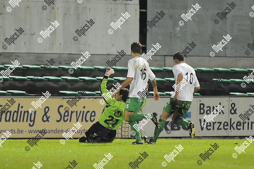 2010-10-23 / voetbal / seizoen 2010-2011 / Dessel Sport - Verbroedering Geel Meerhout / Keeper Tanju Burhan (nr 21) juicht na het omzetten van een strafschop.  Zico Gielis (nr 15) en Agatino Pellegriti (nr 16) (allen Dessel Sport) komen hem feliciteren.