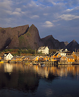 Norwegen, Nordland, Lofoten, Sakrisoy: Fischerdorf | Norway, Nordland, Lofoten Islands, Sakrisoy: fishing village