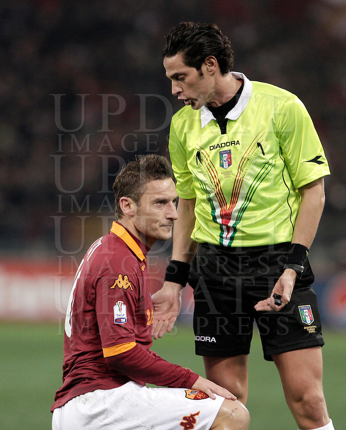Calcio, semifinale di andata di Coppa Italia: Roma vs Inter. Roma, stadio Olimpico, 23 gennaio 2013..Referee Andrea De Marco talks to AS Roma forward Francesco Totti, left, during the Italy Cup football semifinal first half match between AS Roma and FC Inter at Rome's Olympic stadium, 23 January 2013..UPDATE IMAGES PRESS/Riccardo De Luca