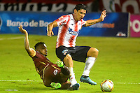 BARRANQUIILLA -COLOMBIA-12-10-2016. Roberto Ovelar (Der) de Atlético Junior disputa el balón con Victor Giraldo (Izq) de Deportes Tolima durante partido de vuelta por la semifinal de la Copa Águila 2016 jugado en el estadio Metropolitano Roberto Meléndez de la ciudad de Barranquilla./ Roberto Ovelar (R) player of Atletico Junior  fights for the ball with Victor Giraldo (L) player of Deportes Tolima during second leg match for the semifinals of the Aguila Cup 2016 played at Metropolitano Roberto Melendez stadium in Barranquilla city.  Photo: VizzorImage/Alfonso Cervantes/Cont