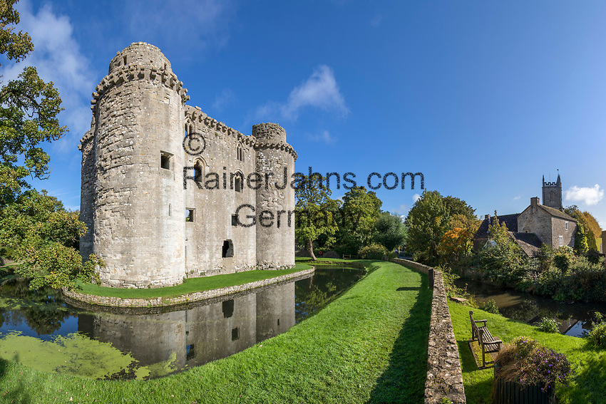 United Kingdom, England, Somerset, Nunney, near Frome: Ruins of Nunney Castle and All Saint's Church | Grossbritannien, England, Somerset, Nunney bei Frome: Burgruine des Nunney Castle, rechts die All Saint's Church