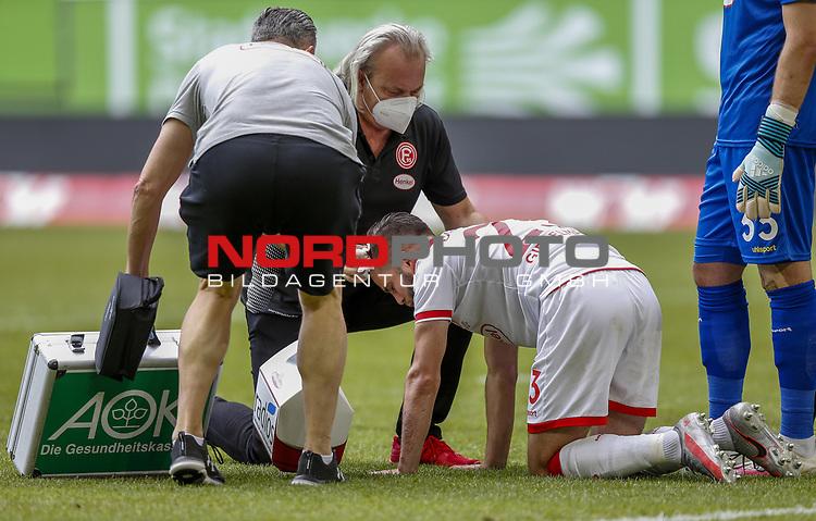 Niko Gießelmann (F95) lässt sich von Mannschaftsarzt Ulf Blecker behandeln <br /><br /><br />20.06.2020, Fussball, 1. Bundesliga, Saison 2019 / 2020<br />33.Spieltag, Fortuna Duesseldorf : FC Augsburg<br /><br />Foto : NORBERT SCHMIDT/POOL/ via Meuter/nordphoto<br /><br />Nur für journalistische Zwecke ! Only for editorial use .