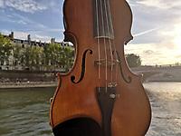 Le pido perd&oacute;n a mi viol&iacute;n.<br /><br />Por: Perla S&aacute;nchez / Obture Press.<br /><br />Par&iacute;s, Francia. - Caminando por las calles de Par&iacute;s, muy cerca de la catedral de &ldquo;Notre Dame&rdquo; a lo lejos se escuchaban las cuerdas bien afinadas de un viol&iacute;n, segu&iacute; caminado, desde siempre tengo empat&iacute;a con los m&uacute;sicos urbanos que embellecen las calles, ponen fondo a nuestras historias y nos hacen suspirar con sus notas, a veces propias y otras que nos evocan aventuras. <br />Esta vez, no pod&iacute;a pasar desapercibido al m&uacute;sico, su sangre latina, gestos y la manera de transmitir sus melod&iacute;as me hicieron detenerme y descubrir la historia de &ldquo;Un violinista mexicano&rdquo; que hace sus veranos en Francia tocando en las calles para alcanzar su sue&ntilde;o: &ldquo;Convertirse en el mejor violinista de M&eacute;xico&rdquo;.<br />Originario de Orizaba Veracruz, 25 a&ntilde;os, Juan Pablo Elizalde Algalan es el menor de 3 hijos, con una mam&aacute; ama de casa y un padre que le da fuerzas el cielo. <br />&ldquo;Yo empec&eacute; a estudiar viol&iacute;n cuando ten&iacute;a 8 a&ntilde;os, vi a mi hermana tocando y yo dije que quer&iacute;a tocar el mismo instrumento, a la siguiente semana ya estaba en clases de viol&iacute;n puesto que mis padres siempre nos apoyaron en todo lo que quer&iacute;amos emprender&rdquo; nos relata. <br />De ni&ntilde;o comenzaba a las 7 de la ma&ntilde;ana a tocar el viol&iacute;n, era toda su pasi&oacute;n, sus padres hab&iacute;an encontrado unos profesores originarios de Ucrania que lo preparaban para convertirlo en violista, su maestro Director de la academia &ldquo;Beethoven&rdquo; y Director de la Orquesta de Orizaba le ofreci&oacute; despu&eacute;s de analizar su talento a la edad de los 13 a&ntilde;os una beca para estudiar en Kiev la capital de Ucrania, beca que rechaz&oacute;. <br />&ldquo;Yo no quer&iacute;a ser un violinista pobre, todos los m&uacute;sico