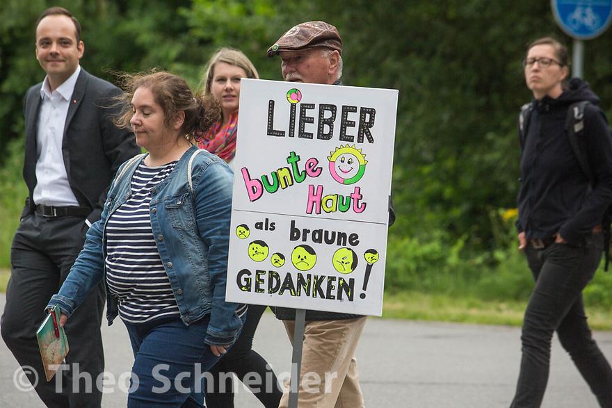Rund 80 Menschen zogen vom Bahnhof Eschede bis zum Feldweg des Hof Nahtz, um gegen die Sonnenwendfeier der Neonazis zu demonstrieren. // Protest gegen Sonnenwendfeier auf Hof Nahtz in Eschede (Niedersachsen).