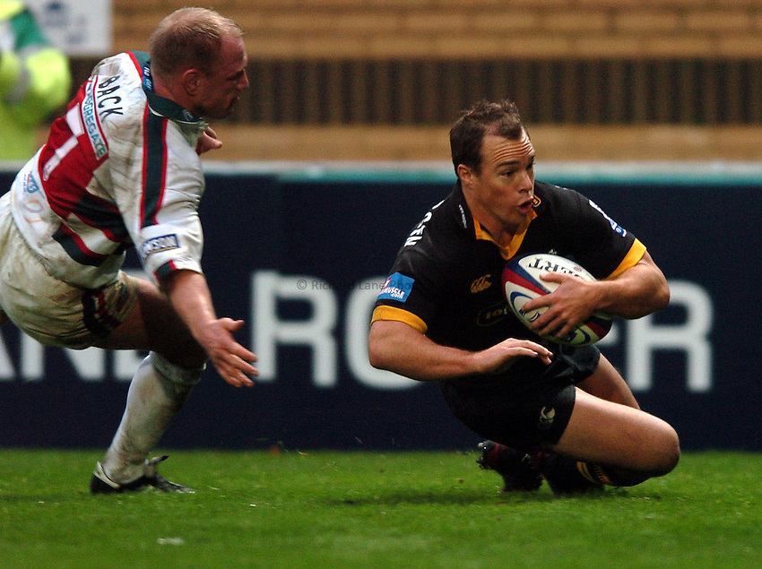 Photo. Henry Browne..London Wasps v Leicester Tigers. Zurich Premiership. 21/11/2004..Mark Van Gisbergen goes over for a try...