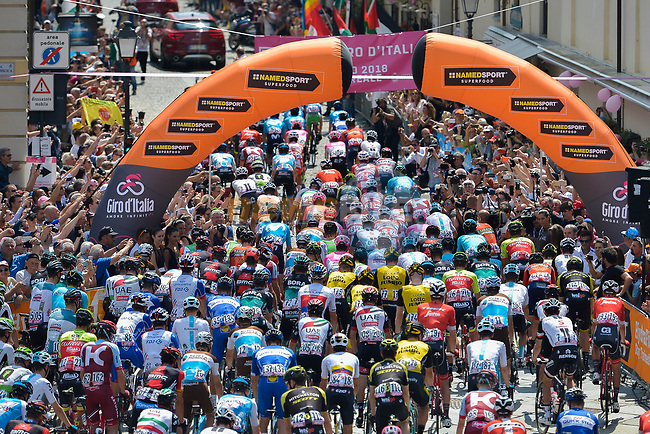 The start of Stage 19 of the 2018 Giro d'Italia, running 185km from Venaria Reale to Bardonecchia featuring the Cima Coppi of this Giro, the highest climb on the Colle delle Finestre with its gravel roads, before finishing on the final climb of the Jafferau, Italy. 25th May 2018.<br /> Picture: LaPresse/Marco Alpozzi | Cyclefile<br /> <br /> <br /> All photos usage must carry mandatory copyright credit (© Cyclefile | LaPresse/Marco Alpozzi)