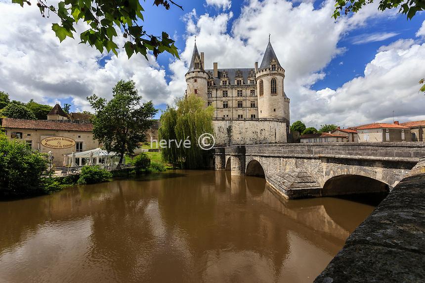 France, Charente (16), La Rochefoucauld, le château de la Rochefoucauld et la Tardoire // France, Charente, La Rochefoucauld, Rochefoucauld castle and the Tardoire river