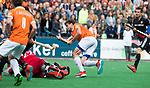 BLOEMENDAAL   - Hockey -  3e en beslissende  wedstrijd halve finale Play Offs heren. Bloemendaal-Amsterdam (0-3). Florian Fuchs (Bldaal) met keeper Jan de Wijkerslooth (A'dam)  Amsterdam plaats zich voor de finale.  COPYRIGHT KOEN SUYK
