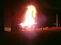 Querétaro, Qro. 25 de diciembre de 2015.- Se incendia tráiler en la carretera 57 Ala altura del hotel Casa Inn. Los frenos del pesado camión se sobre calentaron y comenzaron a arder, no hay lesionados.