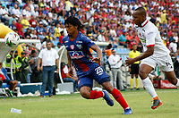 SANTA MARTA - COLOMBIA, 04-05-2019: Juan Carlos Pereira de Unión disputa el balón con Edwin Velasco de Once durante partido por la fecha 20 de la Liga Águila I 2019 entre Unión Magdalena y Once Caldas jugado en el estadio Sierra Nevada de la ciudad de Santa Marta. / Juan Carlos Pereira of Union struggles the ball with Edwin Velasco of Once during match for the date 20 as part Aguila League I 2019 between Union Magdalena and Once Caldas played at Sierra Nevada stadium in Santa Marta city. Photo: VizzorImage / Gustavo Pacheco / Cont