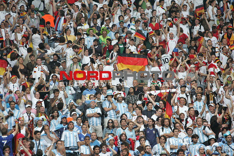 FIFA WM 2006 - Quarter-finals / Viertelfinale<br /> Play #57 (30-Jun) - Germany vs Argentina.<br /> The supporters / fans from Germany celebrate the 5-3 victory after penalty after the match of the World Cup in Berlin.<br /> Foto &copy; nordphoto
