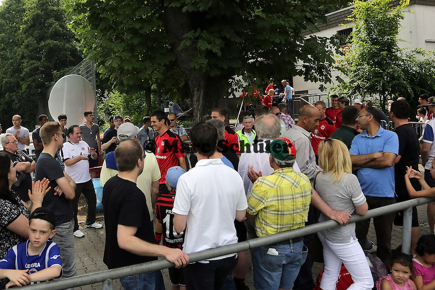 Eintracht betritt den Platz - Eintracht Frankfurt vs. VfR Aalen