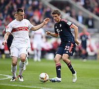 Fussball  1. Bundesliga  Saison 2015/2016  29. Spieltag  VfB Stuttgart  - FC Bayern Muenchen    09.04.2016 Thomas Mueller (re, FC Bayern Muenchen) gegen Toni Sunjic (li, VfB Stuttgart)