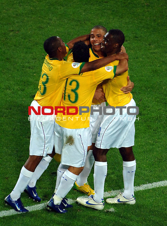 FIFA WM 2006 -  Gruppe F Vorrunde ( Group AF)  <br /> Play   #43 (22-Jun) - Japan vs Brasilien  1 - 4<br /> <br /> Goalgetter Ronaldo is after the 2 Goals happy and the Teamplayers.<br /> <br /> Foto &copy; nordphoto