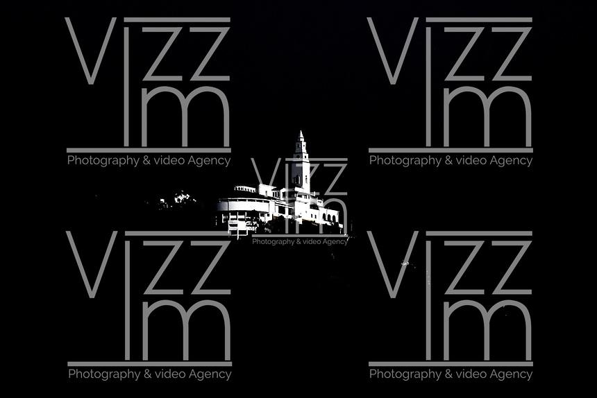 BOGOTA – COLOMBIA, 19-08-2018: La Iglesia de Monserrate, iluminada por los últimos rayos del sol del día, en uno de los días de verano de la ciudad. Monserrate, es cerro tutelar de Bogotá situado al oriente de la capital con 3152 metros sobre el nivel del mar.  / The Church of Monserrate, illuminated by the last rays of the sun of the day, on one of the summer days of the city. Monserrate, is tutelar hill of Bogota located east of the capital with 3152 meters above sea level.Photo: VizzorImage / Luis Ramírez / Staff.