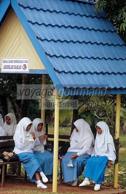 Asie/Malaisie/Env de Seremban: Lycéennes attendant le bus