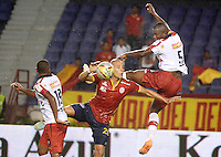 BARRANQUIILLA -COLOMBIA-18-04-2015. Yuberney Franco (C) de Uniauntónoma disputa el balón con Jefferson Mena (Der) del Independiente Medellin en partido por la fecha 16 de la Liga Aguila I 2015 jugado en el estadio Metropolitano de la ciudad de Barranquilla./ Yuberney Franco (C) player of Uniautonoma fights for the ball with  Jefferson Mena (R) player of Independiente Medellin during match valid for the 16th date of the Aguila League I 2015 played at Metropolitano stadium in Barranquilla city.  Photo: VizzorImage/ Alfonso Cervantes /Cont