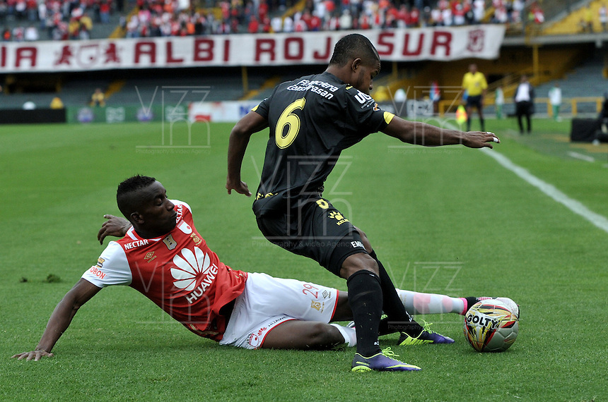 BOGOTA - COLOMBIA - 24-04-2016: Dairon Mosquera (Izq.) jugador de Independiente Santa Fe disputa el balón con Yorman Hurtado (Der.) jugador de Alianza Petrolera, durante partido por la fecha 14 entre Independiente Santa Fe y Alianza Petrolera, de la Liga Aguila I-2016, en el estadio Nemesio Camacho El Campin de la ciudad de Bogota.  / Dairon Mosquera (L) player of Independiente Santa Fe struggles for the ball with con Yorman Hurtado (R) player of Alianza Petrolera, during a match of the date 14 between Independiente Santa Fe and Alianza Petrolera, for the Liga Aguila I -2016 at the Nemesio Camacho El Campin Stadium in Bogota city, Photo: VizzorImage / Luis Ramirez / Staff.