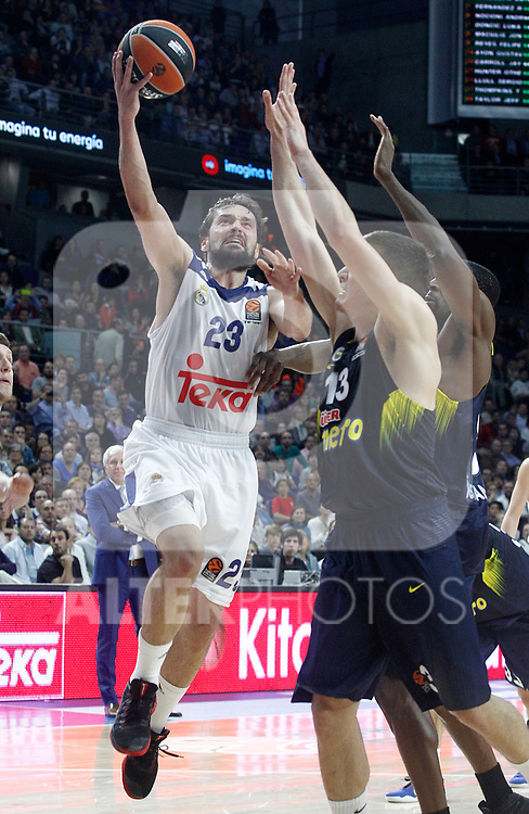 Real Madrid's Sergio Llull (l) and Fenerbahce Istambul's Bogdan Bogdanovic (c) and Ekpe Udoh during Euroleague, Regular Season, Round 29 match. March 31, 2017. (ALTERPHOTOS/Acero)