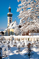 Deutschland, Bayern, Chiemgau, Reit im Winkl: St.Pankratius Kirche und Friedhof im Winter | Germany, Bavaria, Chiemgau, Reit im Winkl: church St.Pankratius and cemetery in winter