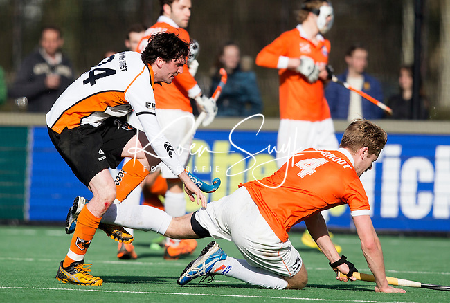 BLOEMENDAAL - HOCKEY - Robert van der Horst  van OZ komt in botsing met Mats de Groot van Bl'daal  tijdens de hoofdklasse competitiewedstrijd tussen de mannen van Bloemendaal en Oranje-Zwart (2-2). FOTO KOEN SUYK