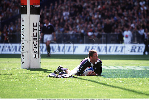 ALAN TAIT scores Scotlands 3rd try, France 22 v SCOTLAND 36, Five Nations Rugby Union Championship, Stade de France, 990410. Photo: Neil Tingle/Action Plus...1999.try tries score scoring