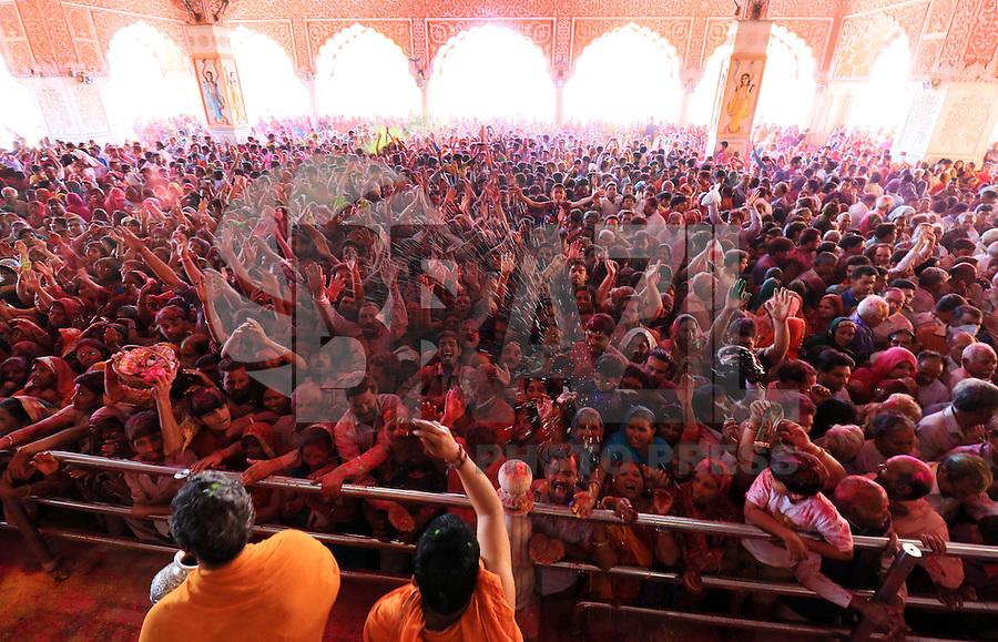 JAIPUR, INDIA, 23.02.2016 - HOLI-FESTIVAL - Devotos indianos que jogam cores secas durante o holi no histórico templo Govind Devji em Jaipur na India nesta quarta-feira, 23. Holi é um festival Hindu da cor que representa a partilha, amor e alegria. (Foto: Vishal Bhatnagar/Brazil Photo Press)