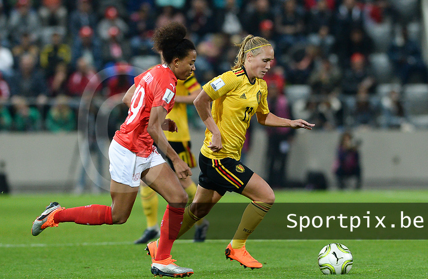 20181009 – BIEL BIENNE , SWITZERLAND : Belgian Janice Cayman (r) pictured in a duel with Swiss Eseosa Aigbogun during the female soccer game between Switzerland and the Belgian Red Flames , the second leg in the semi finals play offs for qualification for the World Championship in France 2019 ; the first leg ended in equality 2-2 ;  Tuesday 9 th october 2018 at The Tissot Arena  in BIEL BIENNE , Switzerland . PHOTO SPORTPIX.BE | DAVID CATRY