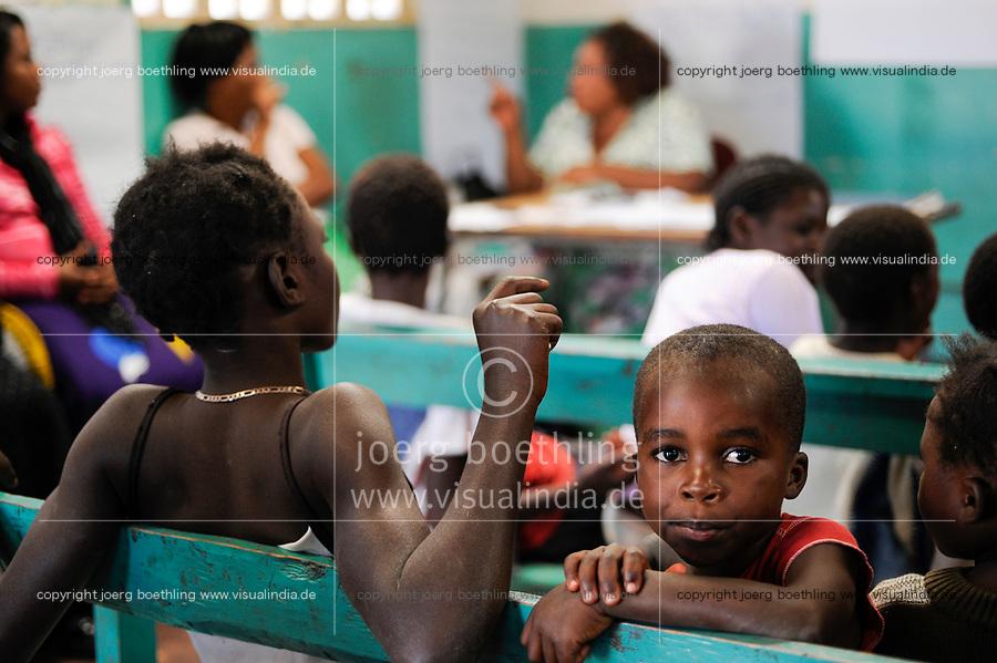 ZAMBIA Copperbelt, Ndola, children desk a counselling centre for HIV orphan run by the catholic church / SAMBIA Ndola im Copperbelt, township Nkwazig, katholische Kirche betreibt das children desk ein Counselling Center fuer Aids Waisen und -kranke