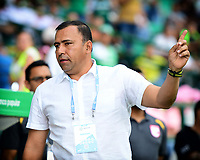 PALMIRA - COLOMBIA, 12-10-2019: Harold Rivera técnico de Santa Fe gesticula durante el partido entre Deportivo Cali e Independiente Santa Fe como parte de la Liga Águila II 2019 jugado en el estadio Deportivo Cali de la ciudad de Palmira. / Harold Rivera coach of Santa Fe gestures during match between Deportivo Cali and Independiente Santa Fe for the date 17 as part of Aguila League II 2019 played at Deportivo Cali stadium in Palmira city .  Photo: VizzorImage/ Nelson Rios / Cont