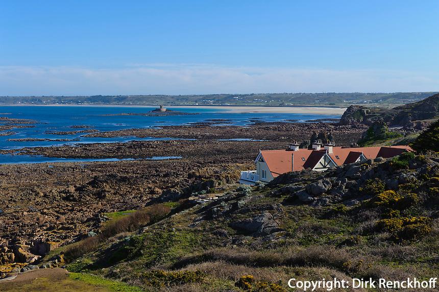 Blick vom Corbière Lighthouse in die St.Quen's Bay mit La Rocco Tower, Insel Jersey, Kanalinseln