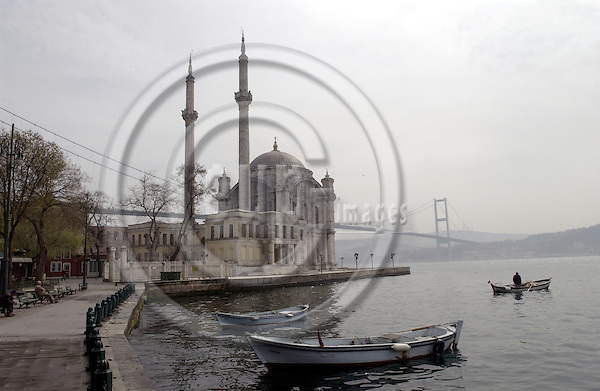 Istanbul-Turkey - 06 April 2006---Mosque in Ortaköy at the banks of the Bosporus (Bosphorus, Bosphoros), bridge spanning the Bosporus and linking Europe with Asia, man on a boat---culture, religion, transport, infrastructure---Photo: Horst Wagner/eup-images