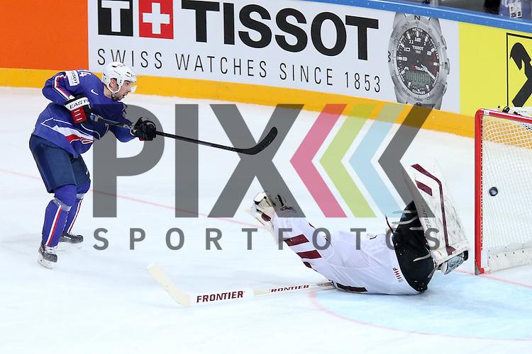 Frankreichs Manavian, Antonin (Nr.4) trickst Lativa Masalskis, Edgars (Nr.31) im Penalty aus im Spiel IIHF WC15 France vs. Lativa.<br /> <br /> Foto &copy; P-I-X.org *** Foto ist honorarpflichtig! *** Auf Anfrage in hoeherer Qualitaet/Aufloesung. Belegexemplar erbeten. Veroeffentlichung ausschliesslich fuer journalistisch-publizistische Zwecke. For editorial use only.