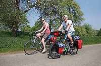 Jongen en meisje op fietsvakantie in de Betuwe