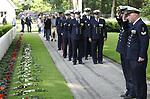 Foto: VidiPhoto<br /> <br /> RHENEN &ndash; Op ereveld de Grebbeberg in Rhenen zijn vrijdagmiddag voor het eerst in de geschiedenis de Nederlandse oorlogsvliegers van de beroemde RAF herdacht. Van het zogenoemde Dutch 320 squadron RAF liggen 25 piloten begraven op de Grebbeberg. Hiermee is een wens in vervulling gekomen van de vorig jaar in de VS overleden staartschutter Edward Hoenson. Hoenson vloog 89 oorlogsmissies en was drager van het Vliegerkruis. Hij overleed op 27 november 2017. Bij de herdenkingsbijeenkomst waren nabestaanden en drie veteranen. Onder andere de 98-jarige Andr&eacute; Hissink, een oud kameraad en strijdmakker van Hoenson, kwam over uit Canada. In totaal zijn 156 Nederlandse vliegeniers gesneuveld in de Tweede Wereldoorlog, van wie er 56 nog als vermist staan geregistreerd.