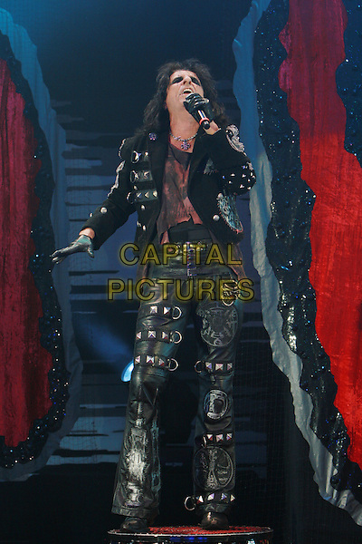 ALICE COOPER (Vincent Damon Furnier).Performing live at the Hammersmith Apollo, London, England..December 6th, 2009.performance stage concert gig music full length black leather jacket trousers  singing .CAP/MAR.©Martin Harris/Capital Pictures