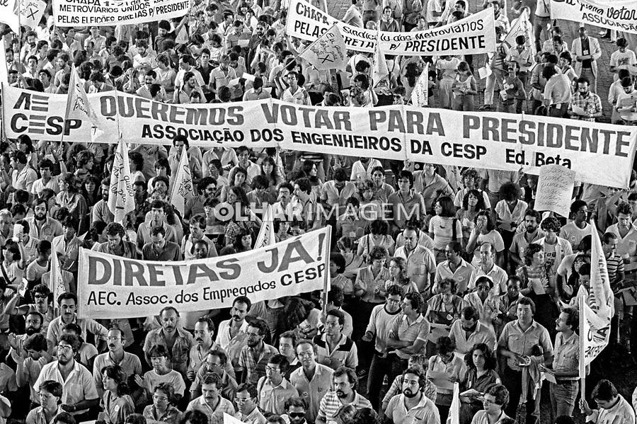 Funcionarios de estatais em campanha por eleições Diretas Já no Masp. SP. 1984. Foto de Juca Martins.