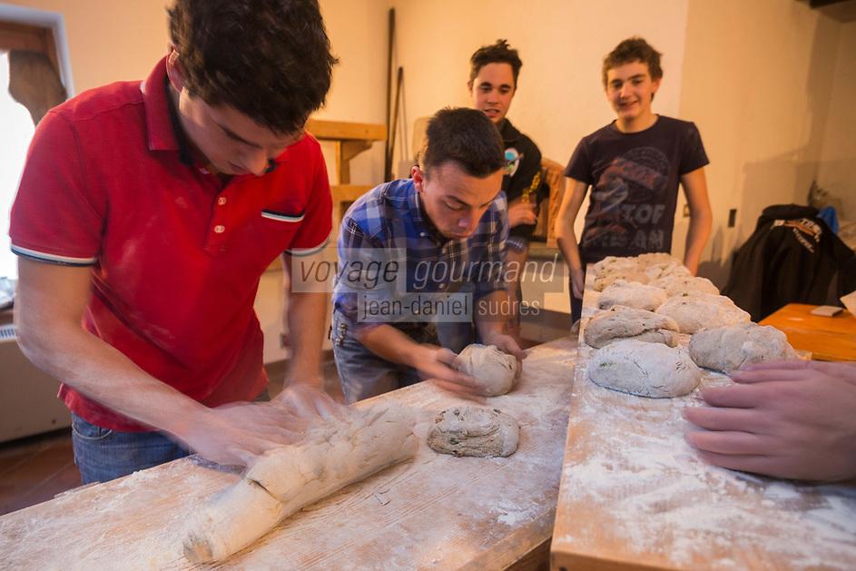 Italie, Val d'Aoste, Hône: Préparation de la Micoula pour  le marché de Noël, lors de la Fête de la Micoula, ce pain est typique de la Vallée d'Aoste - Le pain sucré appelé micoula est fait à base de farine intégrale de blé et de seigle, de châtaignes, raisins secs, beurre, oeufs, sel et sucre. - Pétrissage de la pâte // Italy, Aosta Valley, Hône: Preparation Micoula for the Christmas market at the Festival Micoula, this bread is typical Aosta Valley, - The sweet bread called micoula is made based on wholemeal wheat and rye, chestnuts, raisins, butter, eggs, salt and sugar- Kneading of the dough