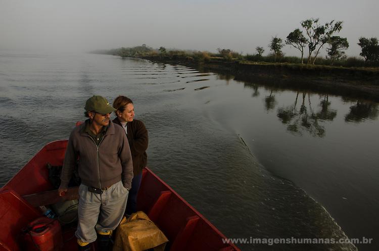 Colônia de pescadores Z24 - Lagoa Mirim. Comunidade Santa Isabel no município Arroio Grande no Rio Grande do Sul. Cleci e Gaúcho saem juntos para pescar na Lagoa das Vacas, antes do amanhecer.