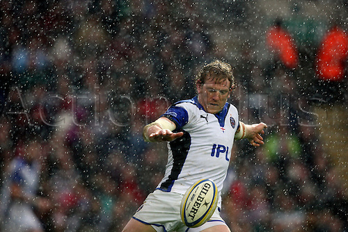 23.10.2010 Sam Vesty kicking the ball under the rain at Leicester v Bath - Aviva Premiership at Welford Road.