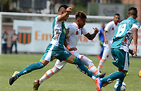ENVIGADO - COLOMBIA - 03 - 03 - 2018: Duvan Vergara (Der.) jugador de Envigado F. C., disputa el balón con David Montoya (Izq.) jugador de Leones F. C., durante partido entre Envigado F. C. y Leones F. C. de la fecha 6 por la Liga Aguila I 2018, en el estadio Polideportivo Sur de la ciudad de Envigado. / Duvan Vergara (R) player of Envigado F. C., fights for the ball with David Montoya (L) player of Leones F. C.,  during a match between Envigado F. C. and Leones F. C. of the 6th date for the Liga Aguila I 2018 at the Polideportivo Sur stadium in Envigado city. Photo: VizzorImage / Leon Monsalve / Cont.