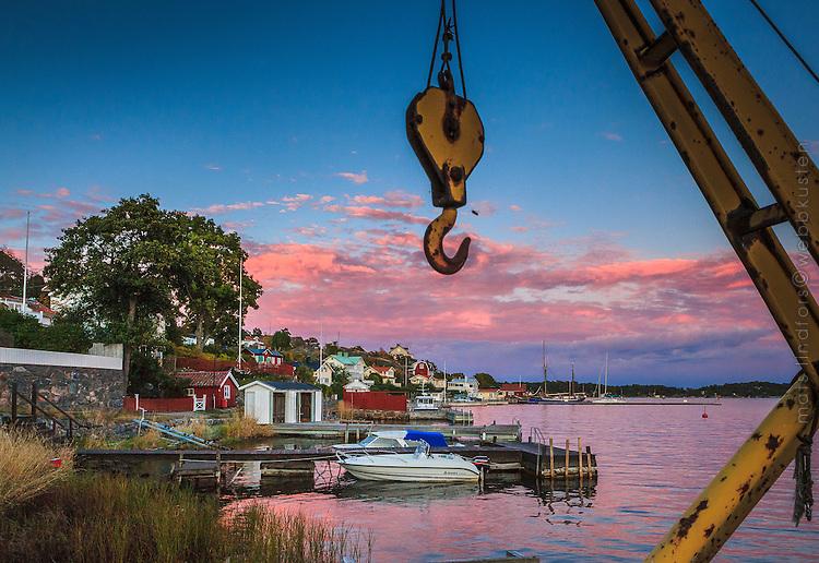 Brygga och motorbåt vid strand på Dalarö Stockholms skärgård.