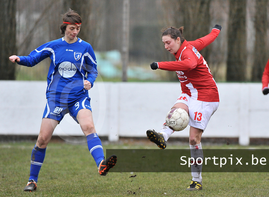 AA Gent Ladies - RAEC Mons : Anais Mercier haalt de bal weg voor Evelien Van Sinay.foto Joke Vuylsteke / Vrouwenteam.be