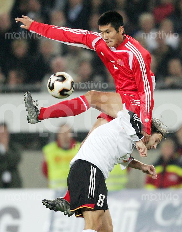 Fussball International Freundschaftsspiel  Deutschland - China Torsten FRINGS (GER, unten) gegen Jia yi SHAO (China, oben)