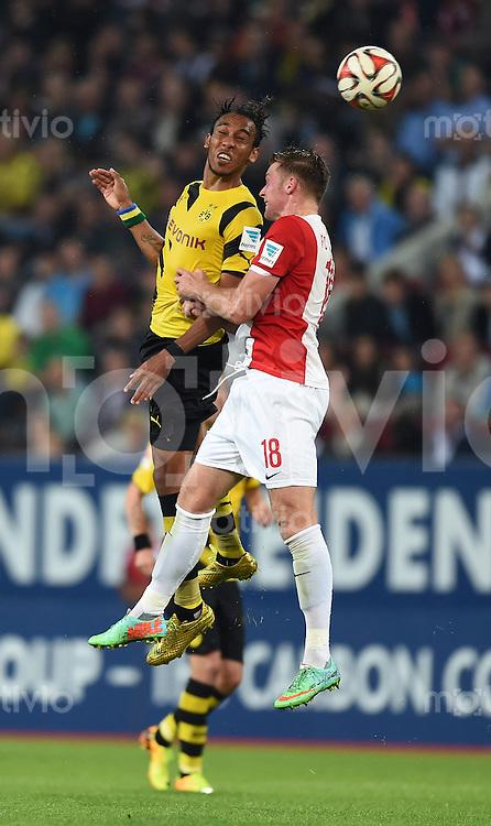 Fussball  1. Bundesliga  Saison 2014/2015  2. Spieltag FC Augsburg - Borussia Dortmund      29.08.2014 Pierre-Emerick Aubameyang (li, Borussia Dortmund) gegen Jan Ingwer Callsen Bracker (FC Augsburg)
