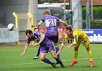 Croky Cup : RC HARELBEKE - OLYMPIC CHARLEROI :<br /> kopbalduel tussen Jens Noppe (L) met Jordan Henri (R) en Arne Vanneste (M)<br /> <br /> Foto VDB / Bart Vandenbroucke